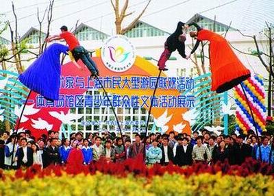 歌声响起,他们也融入了欢乐的人群,和中国的弟弟妹妹们手拉手又唱又跳